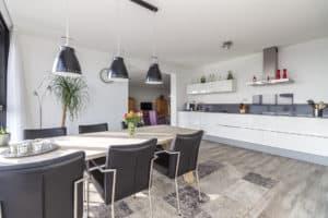 keuken wit strak modern woonkamer