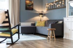 woonkamer hout bank grijs geel blauw verlichting sfeer kruk interieur styling