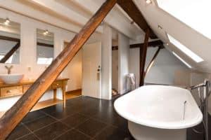 bad badkamer woonboerderij hout landelijk balken antraciet