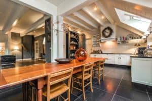 keuken huis woonboerderij winde landelijk wit grijs oranje antraciet balken
