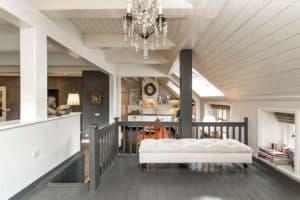 keuken podium woonboerderij landelijk winde interieur wit grijs oranje