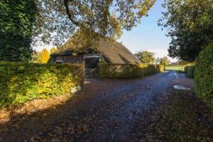 buiten woonboerderij winde herfst blauwe lucht