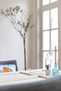 tafel wit interieur styling sfeer paneeldeur olijfboom meubelverhuur