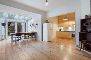 interieur vintage eetkamer serre licht keuken hout wit zwart smeg koelkast plant industrieel
