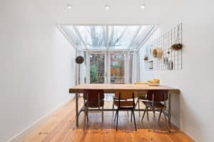 interieur vintage eetkamer tafel stoelen serre licht hout wit zwart industrieel