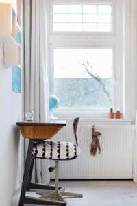 schoolbankje stoel jaren 30 wit glas in lood interieur vintage kinderkamer