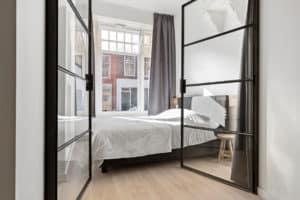 Slaapkamer, stalen deuren, zwart, wit